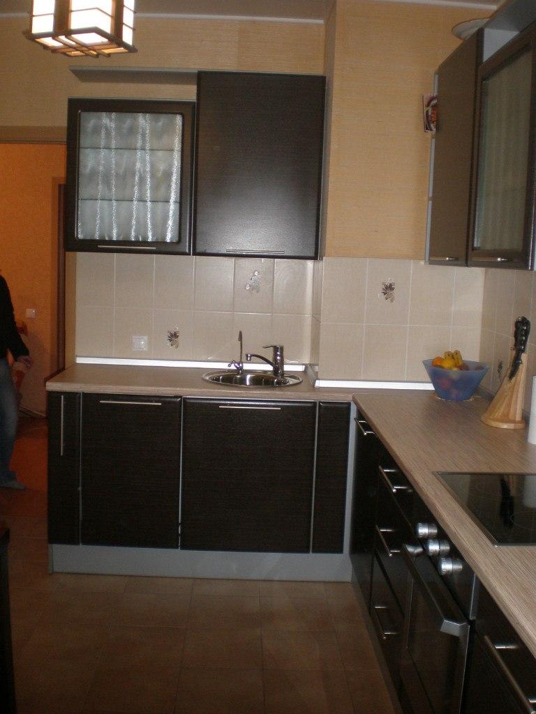 Планировка кухни с вентиляционным коробом в углу